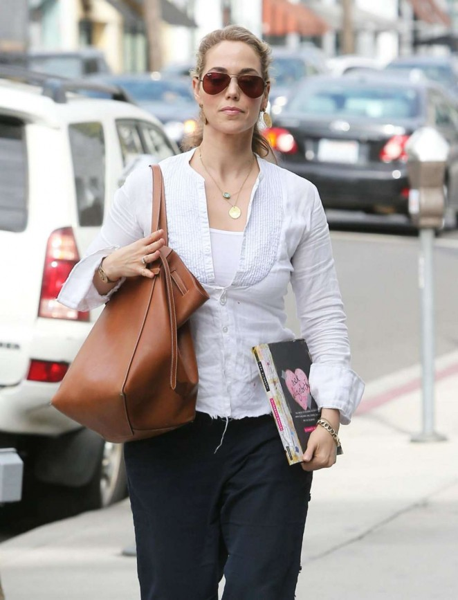 Elizabeth Berkley Heading Lunch at Le Pain Quotidien in Beverly Hills