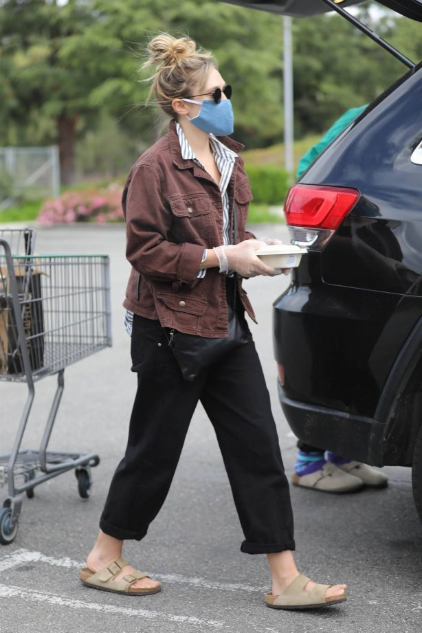 Elizabeth Olsen and Robbie Arnett - Grocery shopping at Erewhon organic in Calabasas