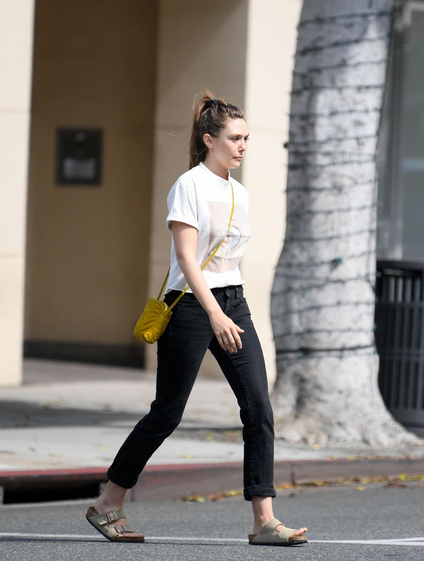 Elizabeth Olsen 2019 : Elizabeth Olsen at a local restaurant in Beverly Hills-01