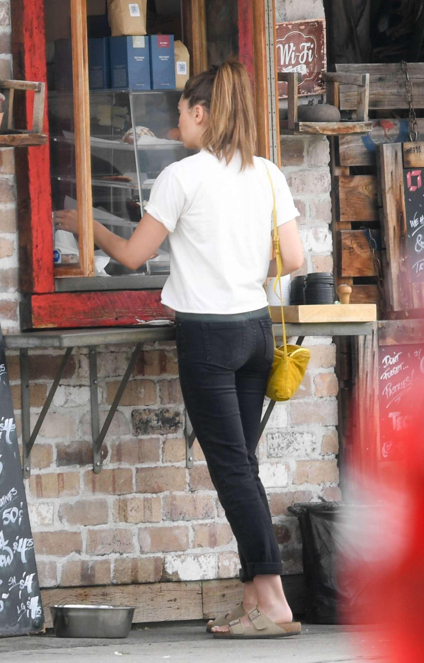 Elizabeth Olsen 2019 : Elizabeth Olsen at a local restaurant in Beverly Hills-02