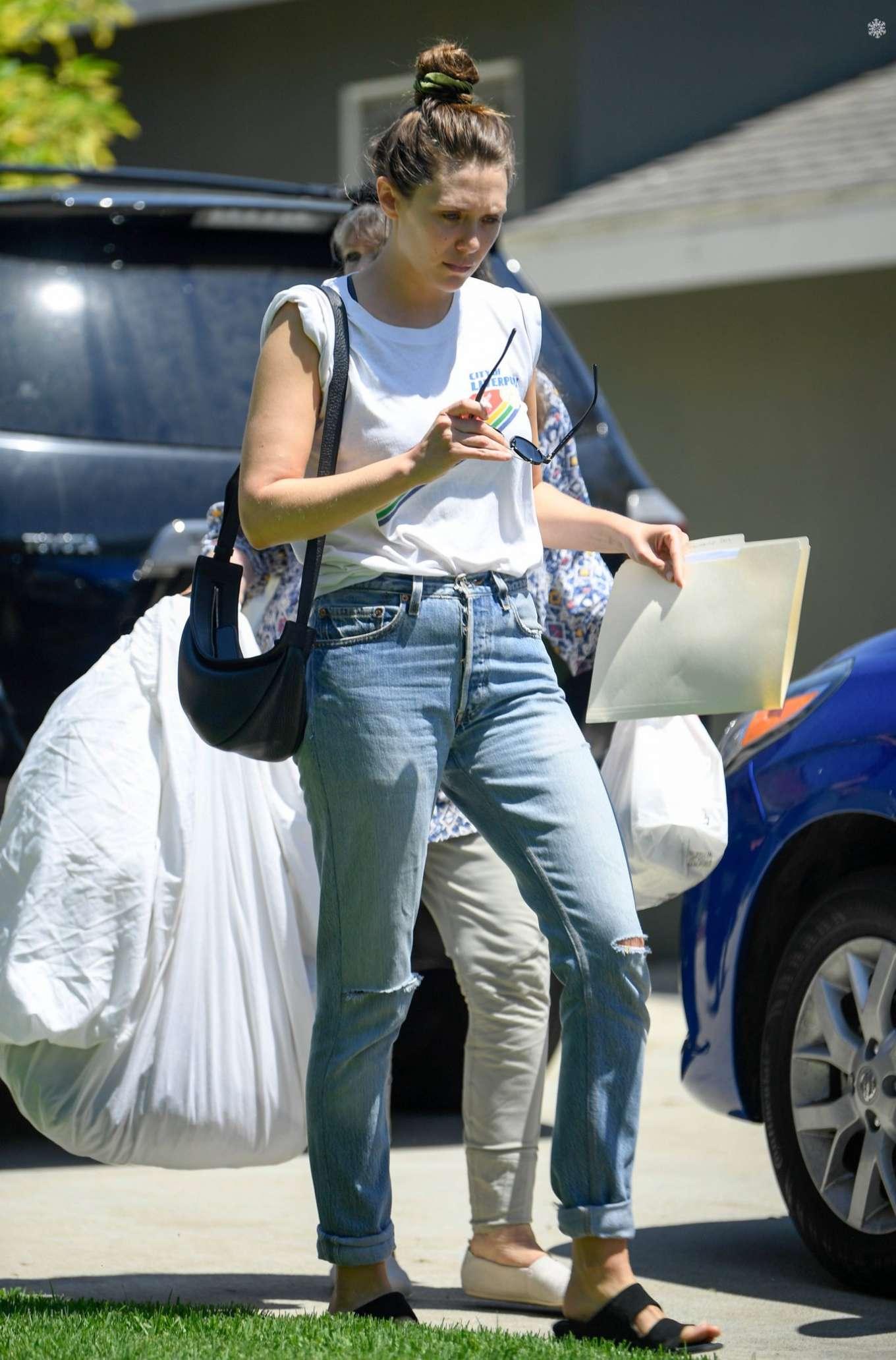 Elizabeth Olsen - Leaves police station with her mom Jarnette Olsen in Studio City