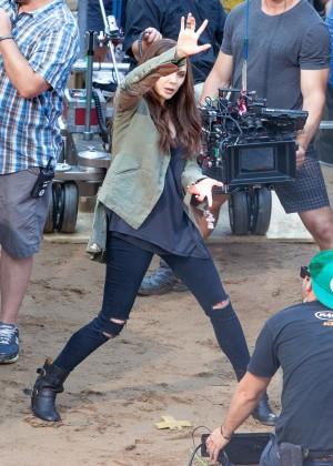 Elizabeth Olsen in Ripped Jeans on Captain America Civil War -12