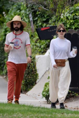 Elizabeth Olsen - Packs on PDA with fiance Robbie Arnett in Studio City