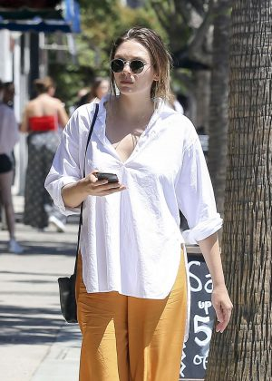 Elizabeth Olsen - Shopping in Los Angeles