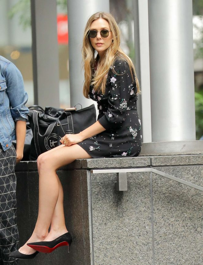 Elizabeth Olsen – Takes a break from meetings in NYC