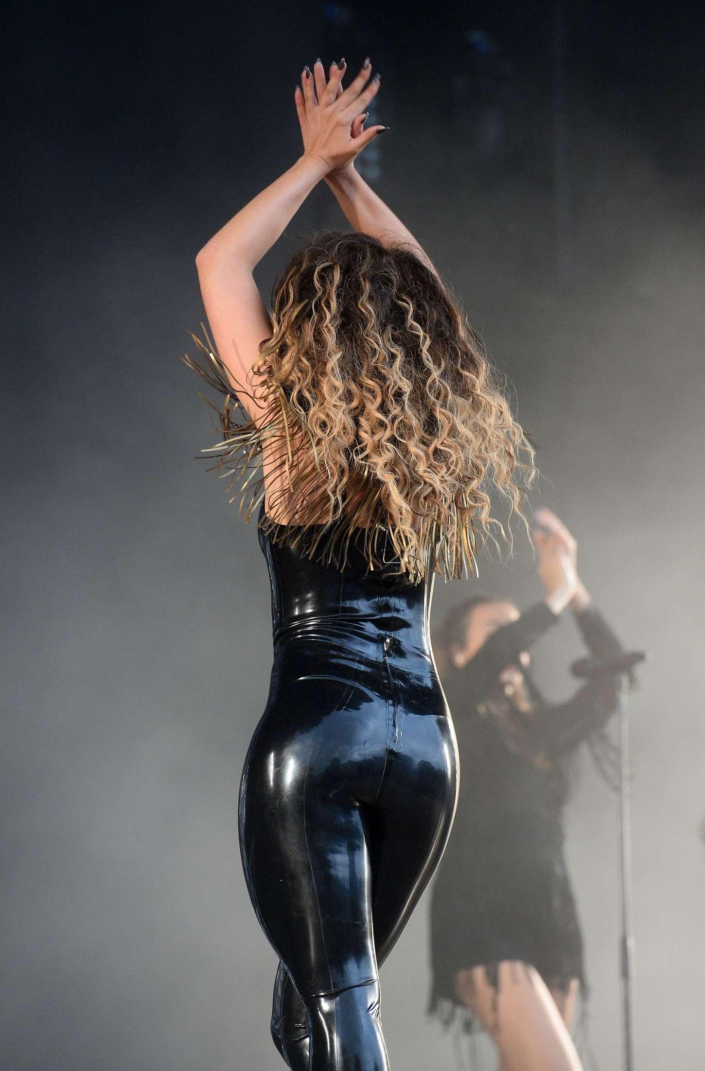 Ella Eyre: Performs at V Festival -25 - GotCeleb Jael De Pardo Booty