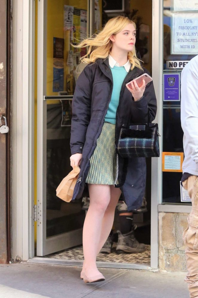 Elle Fanning - Grabs a bagel to go after filming in NYC