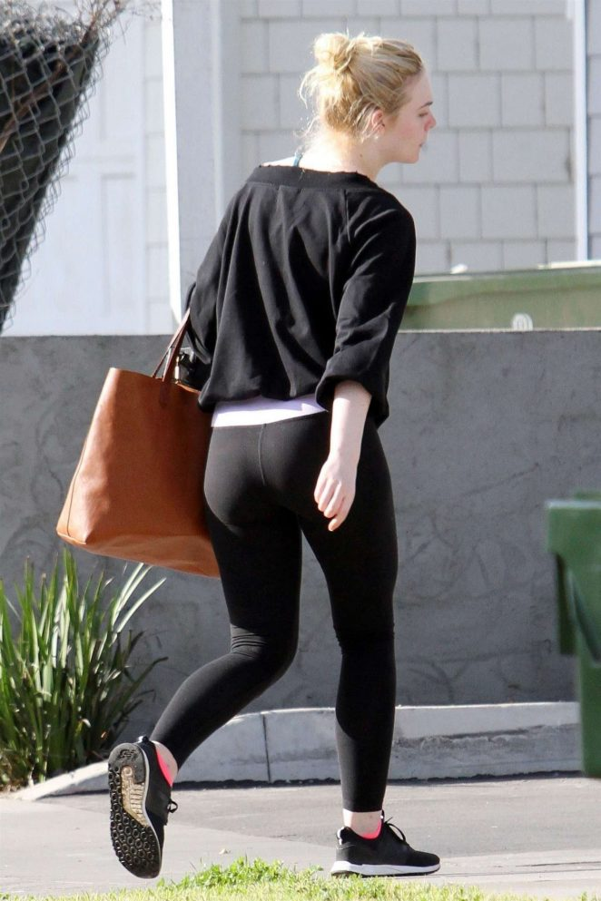 Elle Fanning - Returning to her home in Los Angeles