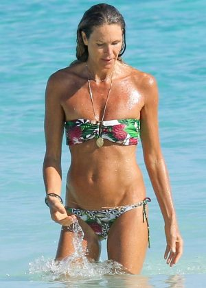 Elle Macpherson in Bikini on the beach in the Bahamas