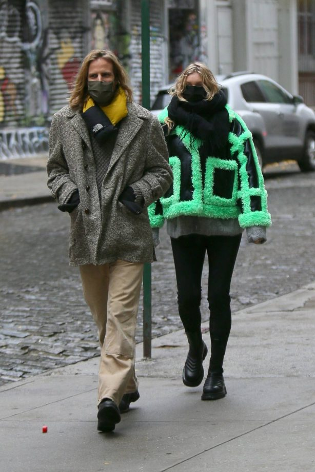 Elsa Hosk and Tom Daly - Returning to their SoHo apartment after a stroll