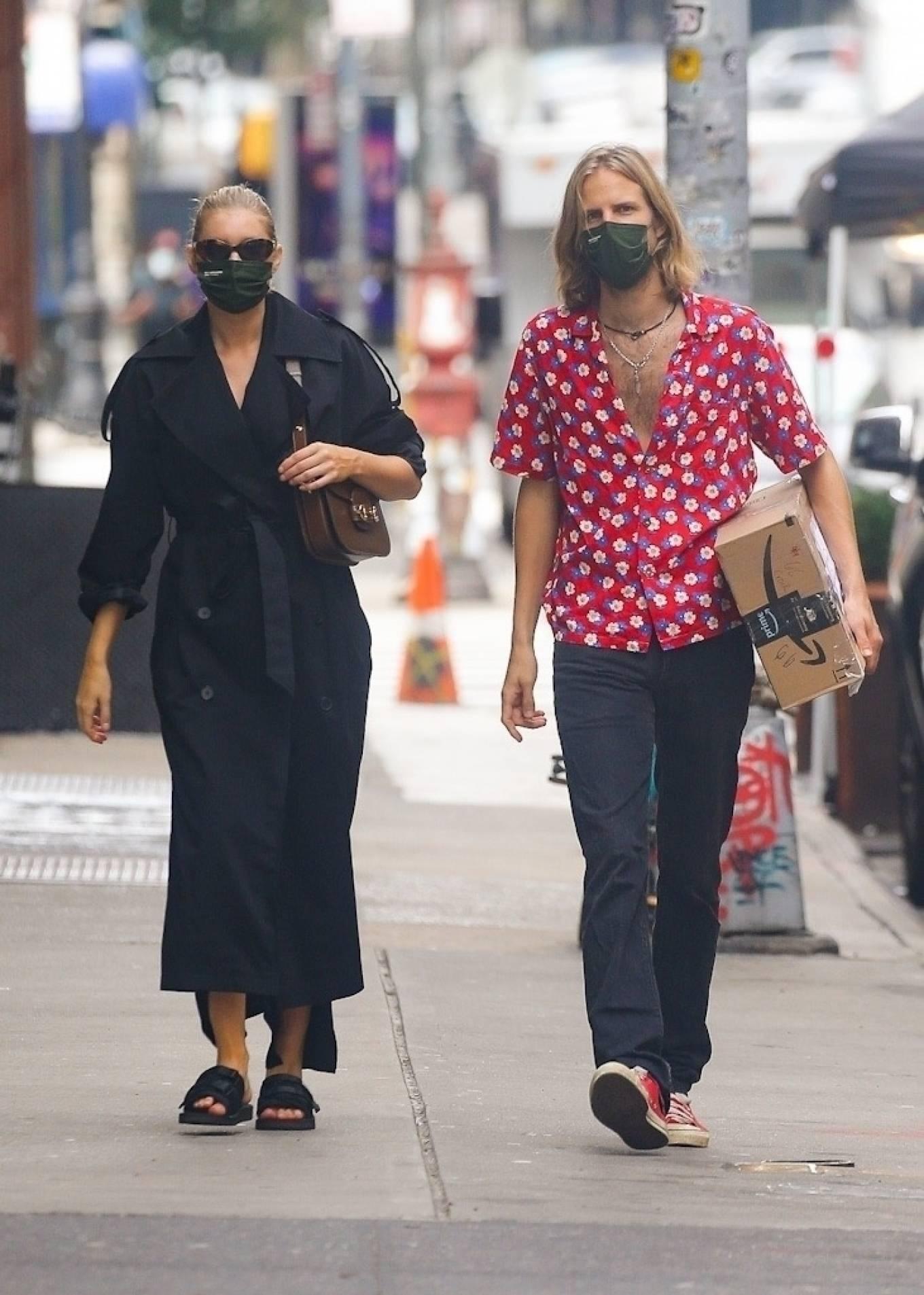 Elsa Hosk 2020 : Elsa Hosk with her boyfriend in New York City-03
