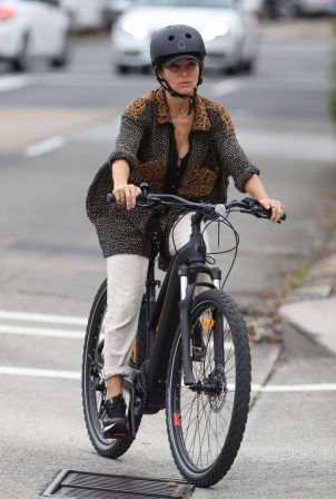 Elsa Pataky - Bike ride candids in Sydney