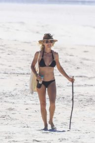 Elsa Pataky - Bikini candids on the beach in Byron Bay
