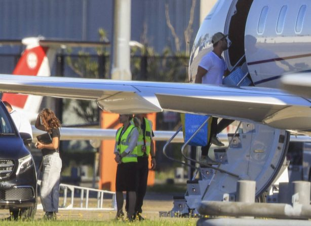 Elsa Pataky - Flight home to Byron Bay from Sydney