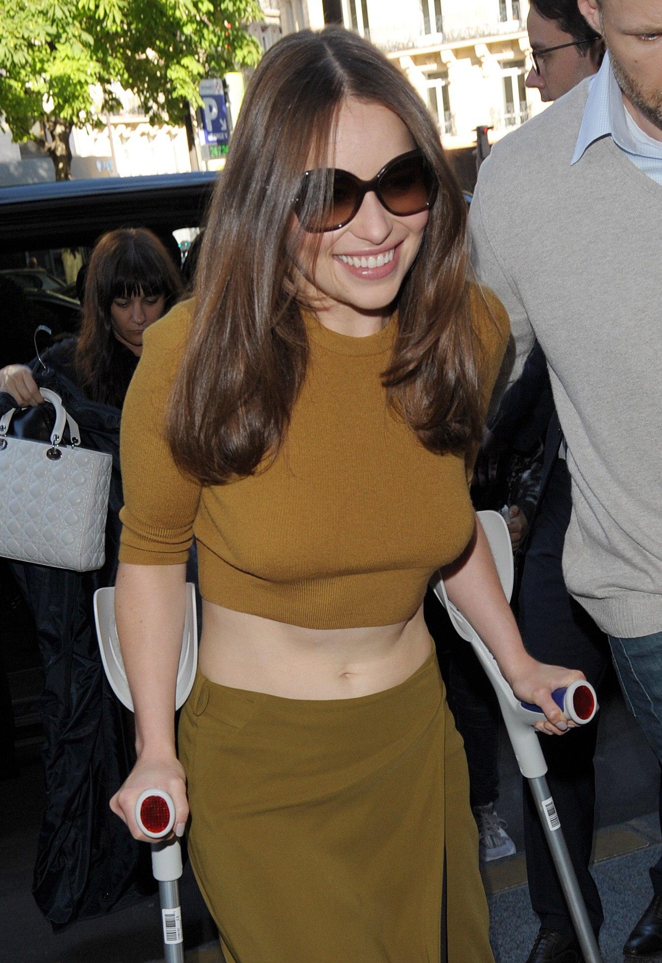 Emilia Clarke - Arriving at her hotel in Paris