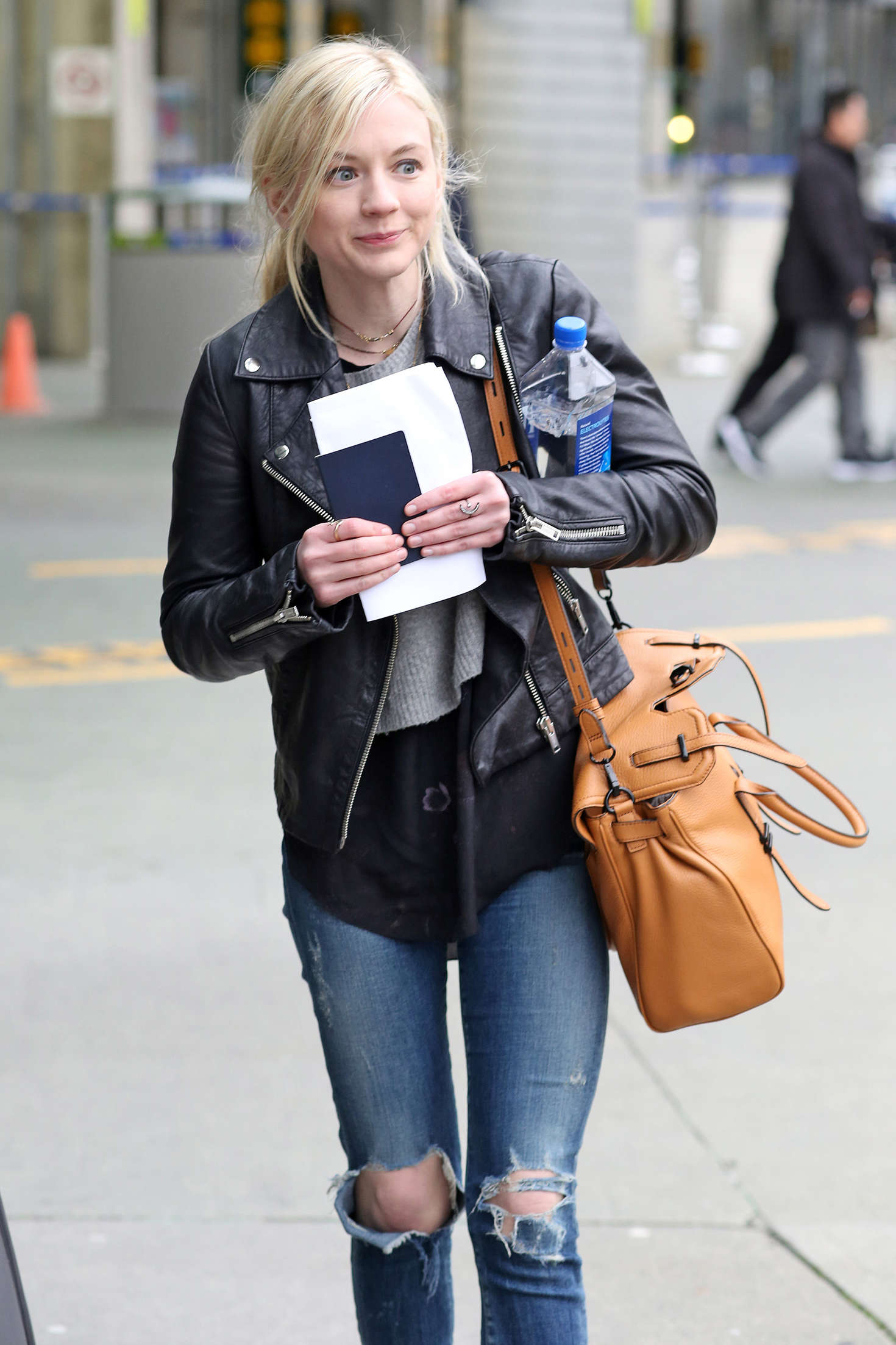 emily kinney i ripped jeans arrives in vancouver � gotceleb