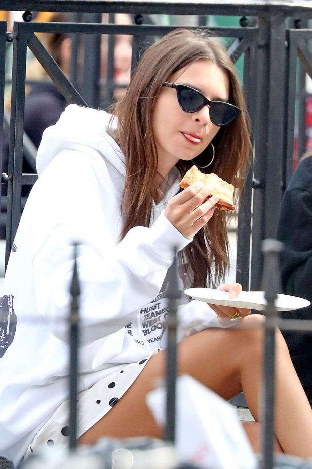 Emily Ratajkowski - Grabs a slice of pizza at Joes in New York City