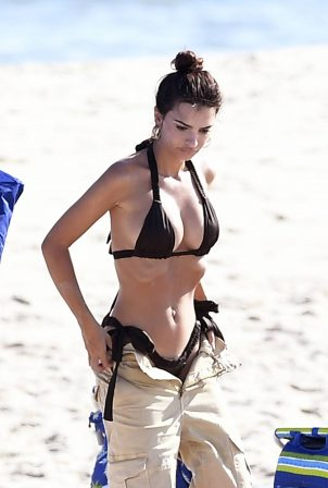 Emily Ratajkowski - In bikini at the Beach in The Hamptons - New York