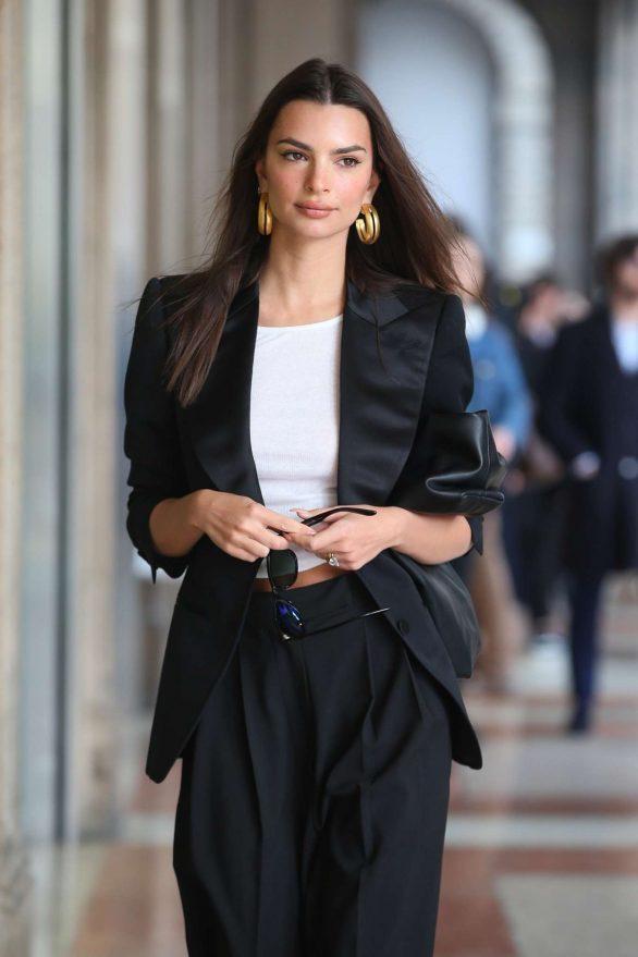 Emily Ratajkowski looks stylish during the 2020 Milan Fashion