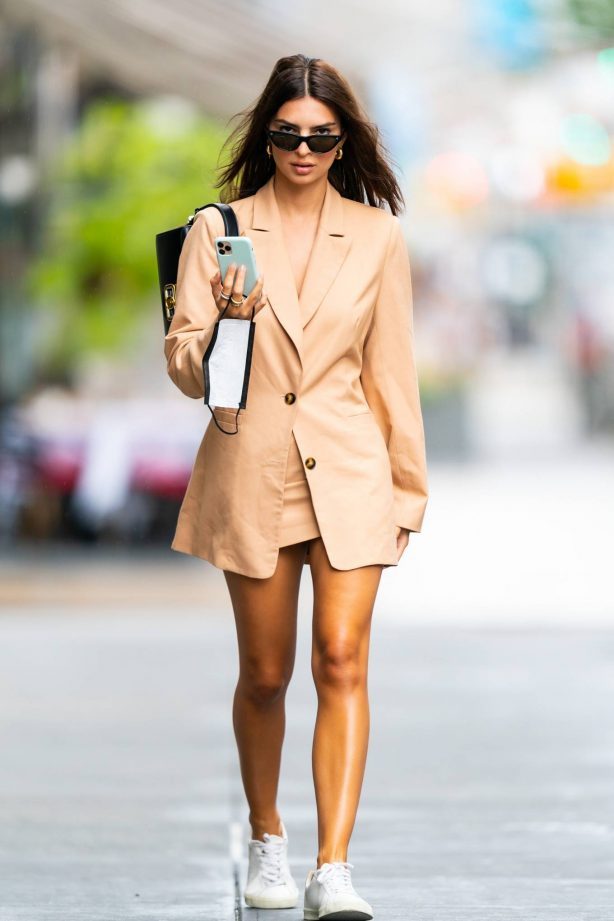 Emily Ratajkowski - Looks stylish in New York City