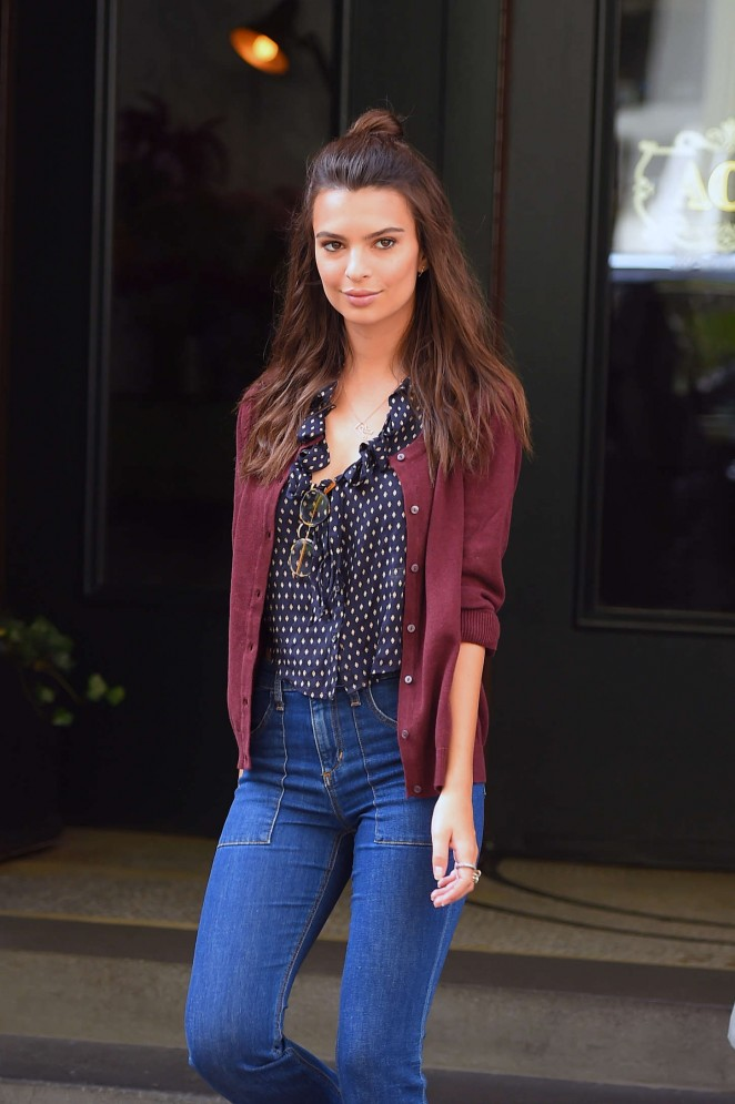 Emily-Ratajkowski-in-Jeans--03-662x995.j