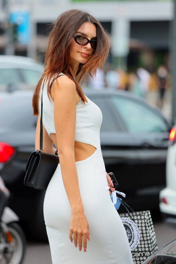 Emily Ratajkowski - Out for a stroll with a friend in Milan during fashion week