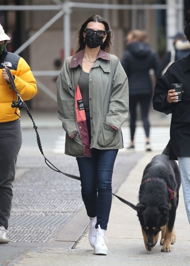 Emily Ratajkowski - Out for a stroll with friends in New York