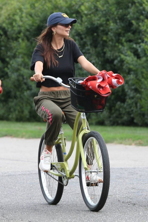 Emily Ratajkowski - Rides her bike with friends in the Hamptons