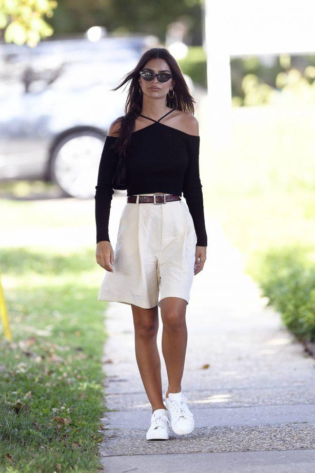 Emily Ratajkowski - Seen after having lunch in Amgansett Hamptons - New York