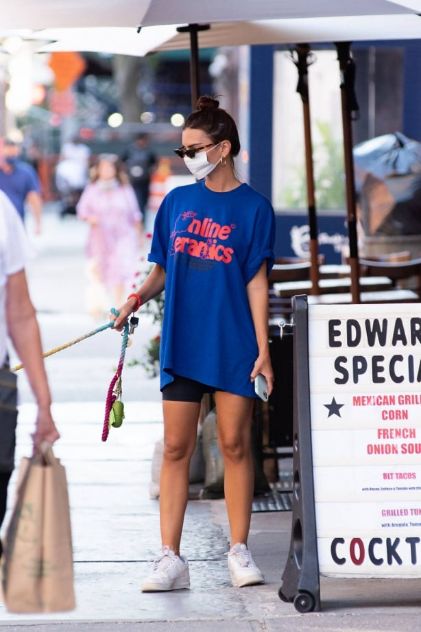 Emily Ratajkowski - Seen after vacationing in the Hamptons