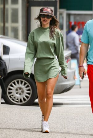 Emily Ratajkowski - strolls with her man in New York