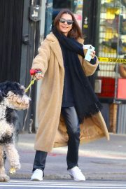 Emily Ratajkowski - Walks her dog Colombo in the Tribeca