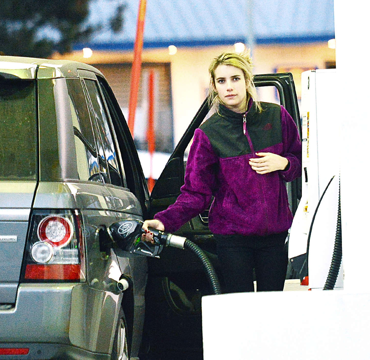 Emma Roberts - Getting gas in Big Bear Lakes