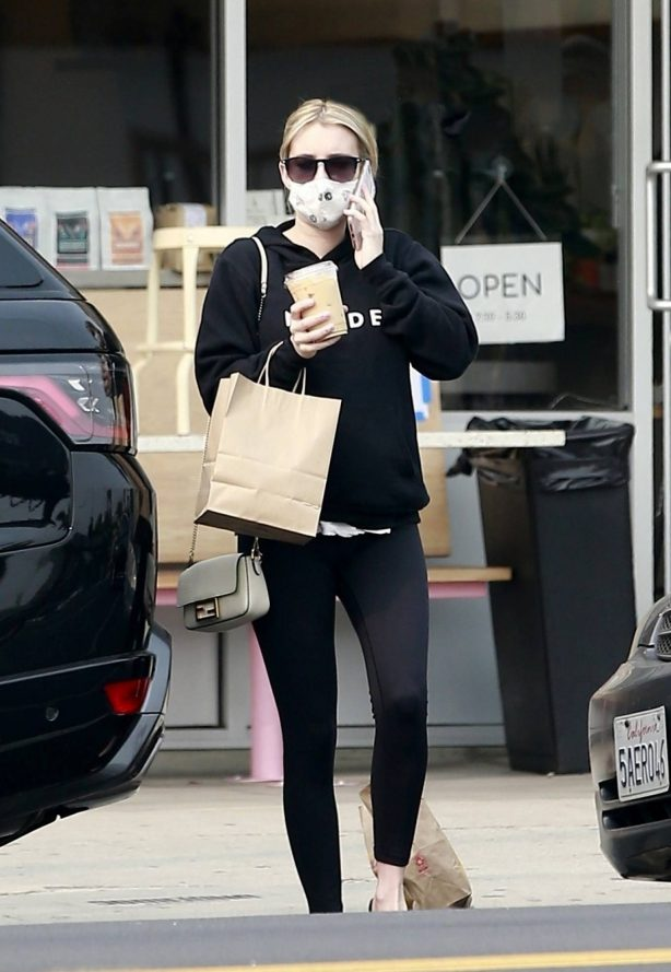 Emma Roberts - Grab a coffee and pastry in Los Feliz