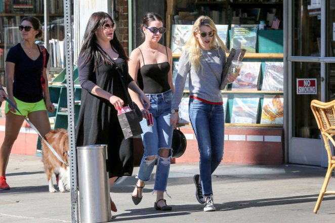 Emma Roberts: Picks up Some Reading Material -07