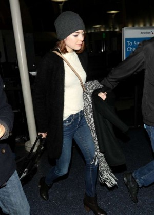 Emma Stone - Arrives at Los Angeles International Airport