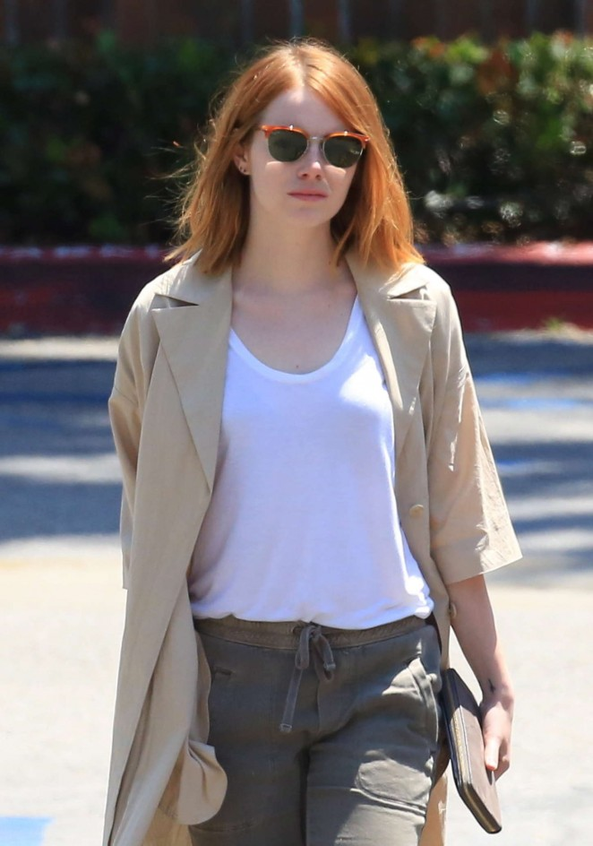 Emma Stone - Grocery shopping at Ralph's in Malibu
