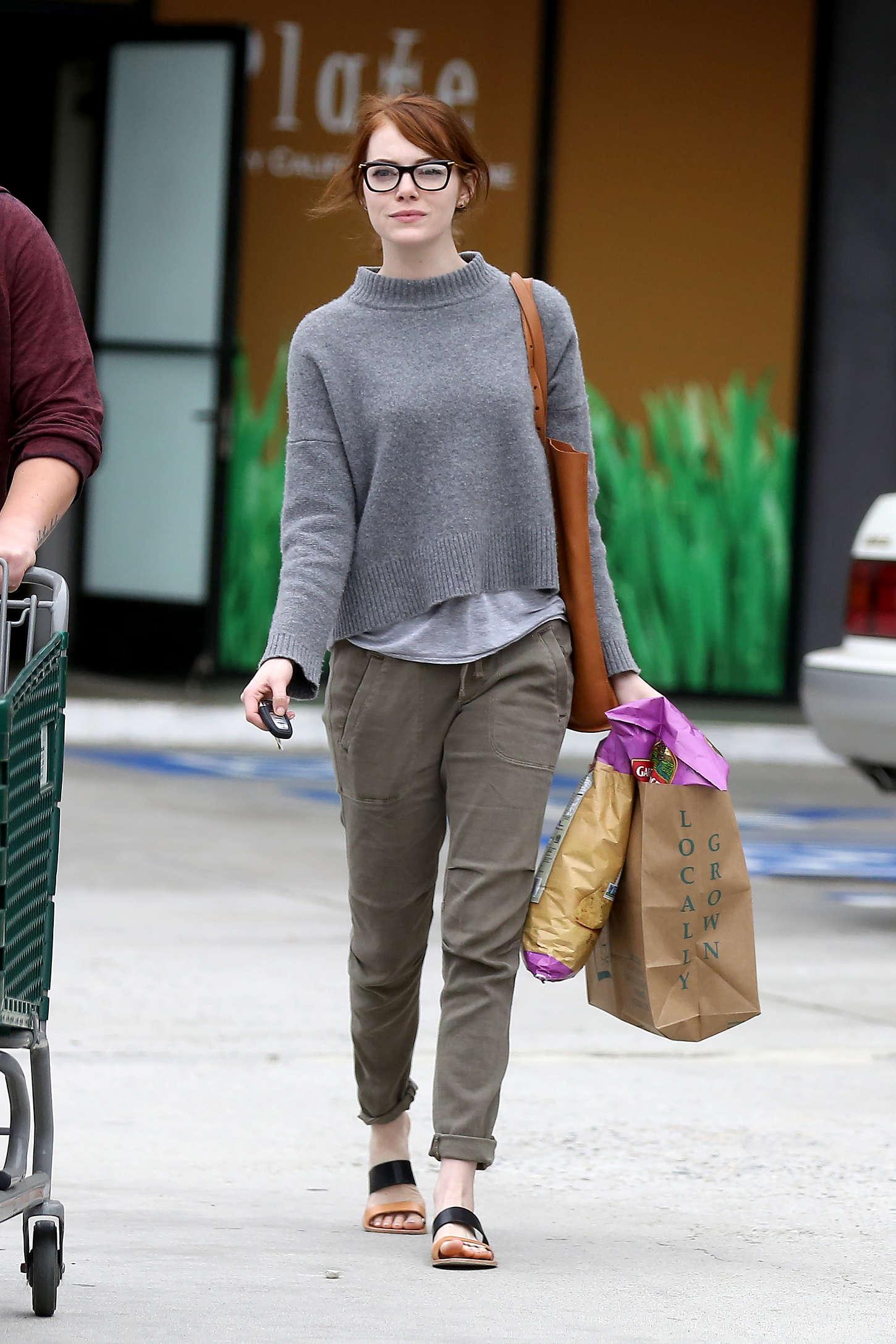 Emma-Stone:-Grocery-Shopping--11.jpg