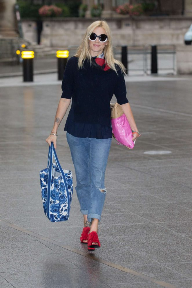 Fearne Cotton Arriving at the BBC Radio 2 studios -09