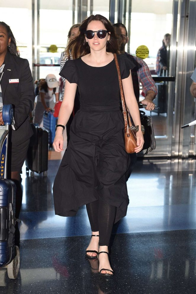 Felicity Jones Arrives at JFK airport -01