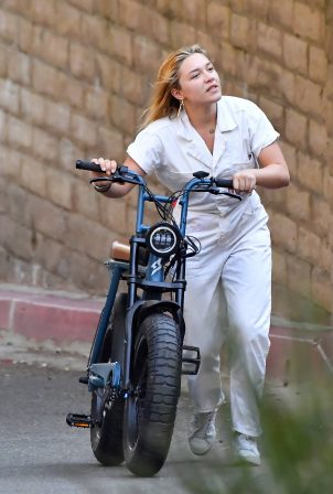 Florence Pugh - E-bike ride with a friend in Pasadena