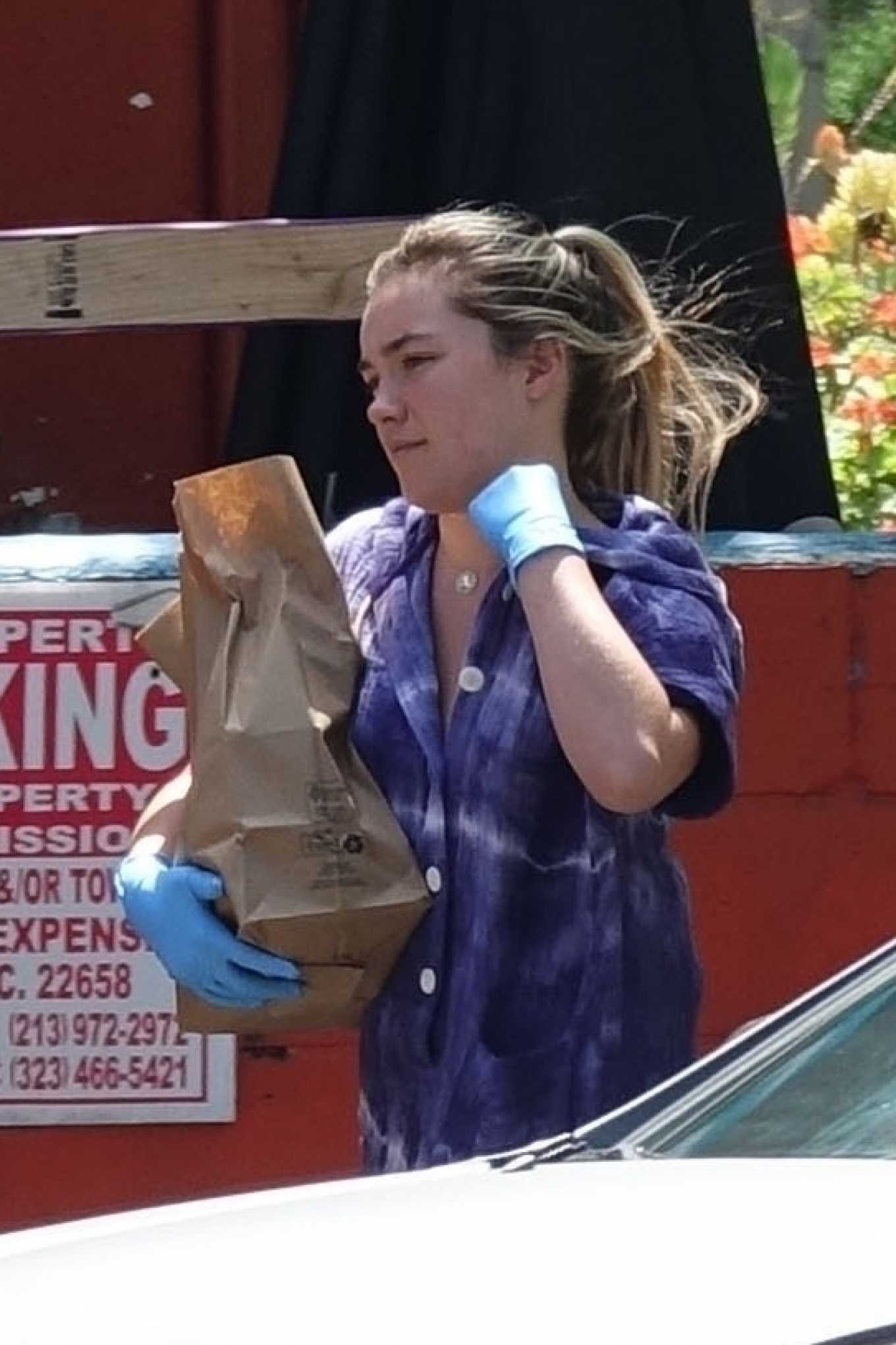 Florence Pugh - Wears gloves to buy supplies with Zach Braff in LA