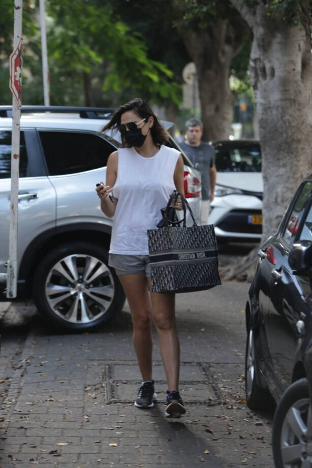 Gal Gadot - Is spotted as she heads to the gym in Tel Aviv
