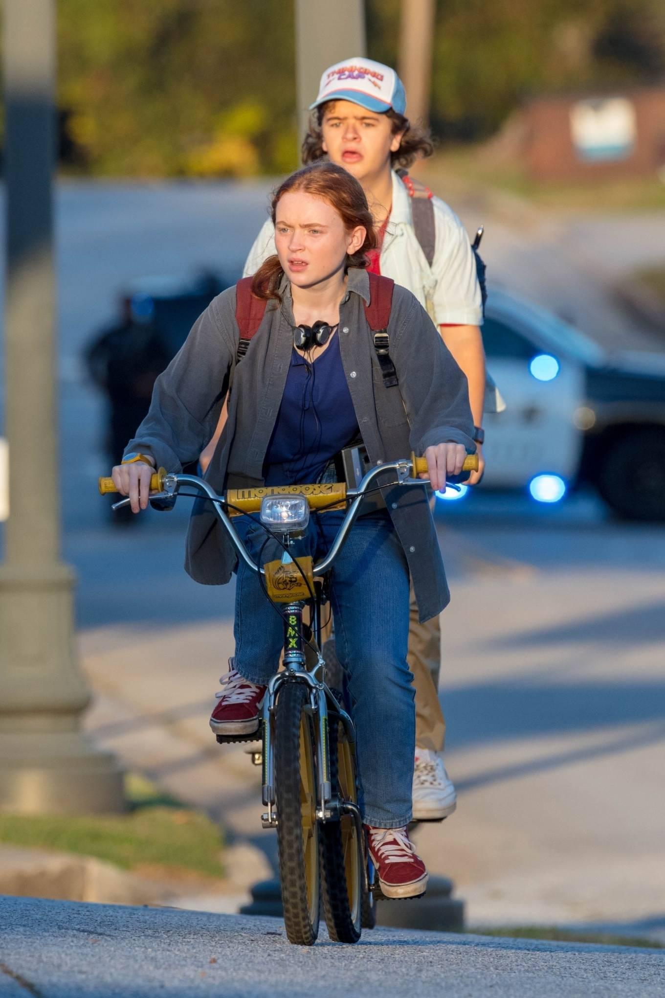 Sadie Sink 2020 : Gaten Matarazzo and Sadie Sink – Golden hour scene for Stranger Things Season 4 in Atlanta-03