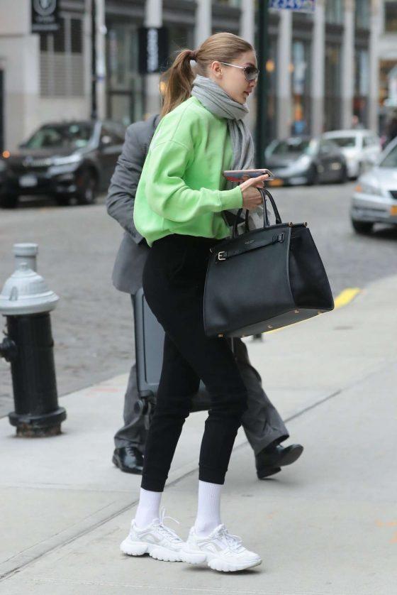 Gigi Hadid: Arriving at her apartment in Manhattan -03