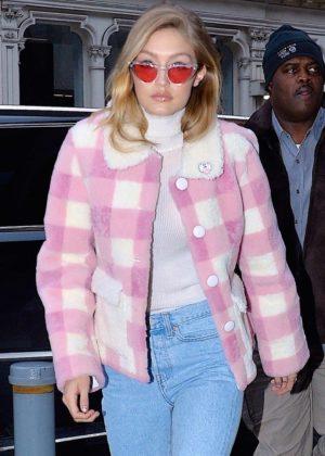 Gigi Hadid - Arriving at her apartment in Manhattan