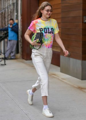 Gigi Hadid - Arriving at her apartment in NYC