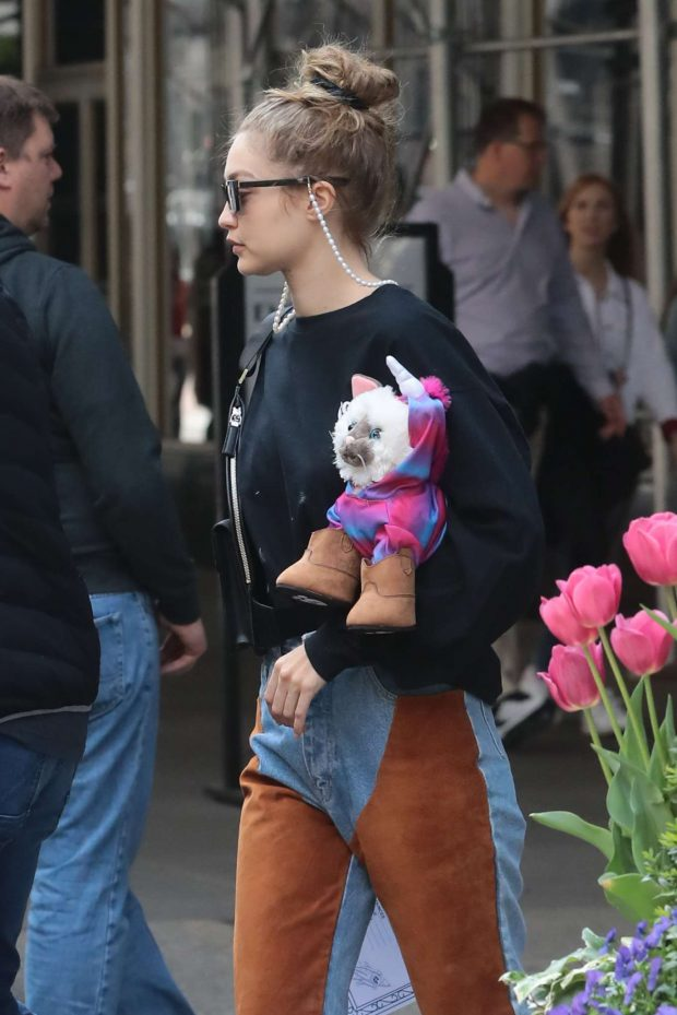 Gigi Hadid - Arriving home after shopping in New York