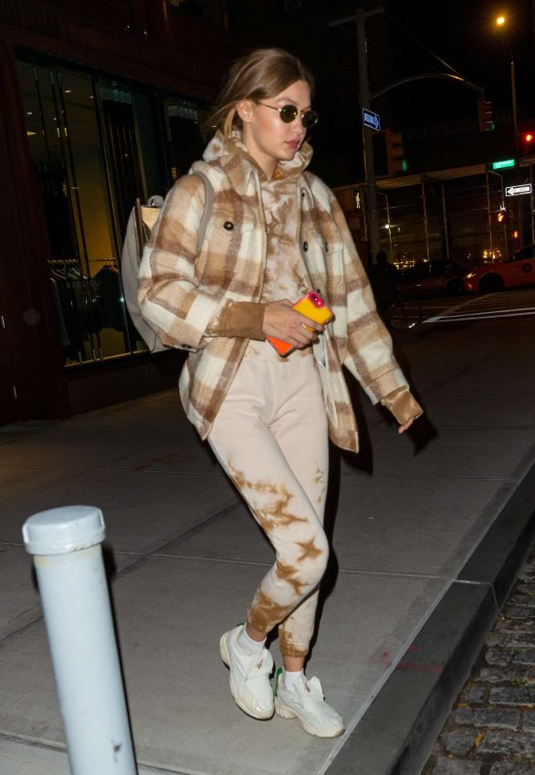 Gigi Hadid - Heading out of her apartment in New York