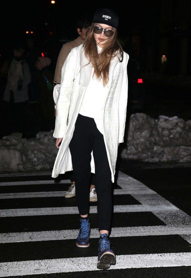 Gigi Hadid heading to her apartment -03